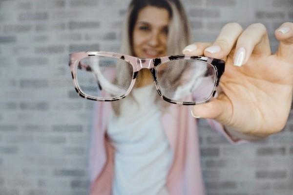 Dame-mit-rosaner-Brille